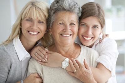 mulheres de idades diferentes cuidados com a pele