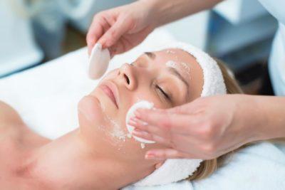 profissional de estética fazendo tratamento de acne